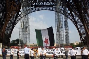 Le-drapeau-des-rebelles-syriens-deploye-sous-la-Tour-Eiffel_article_main_large